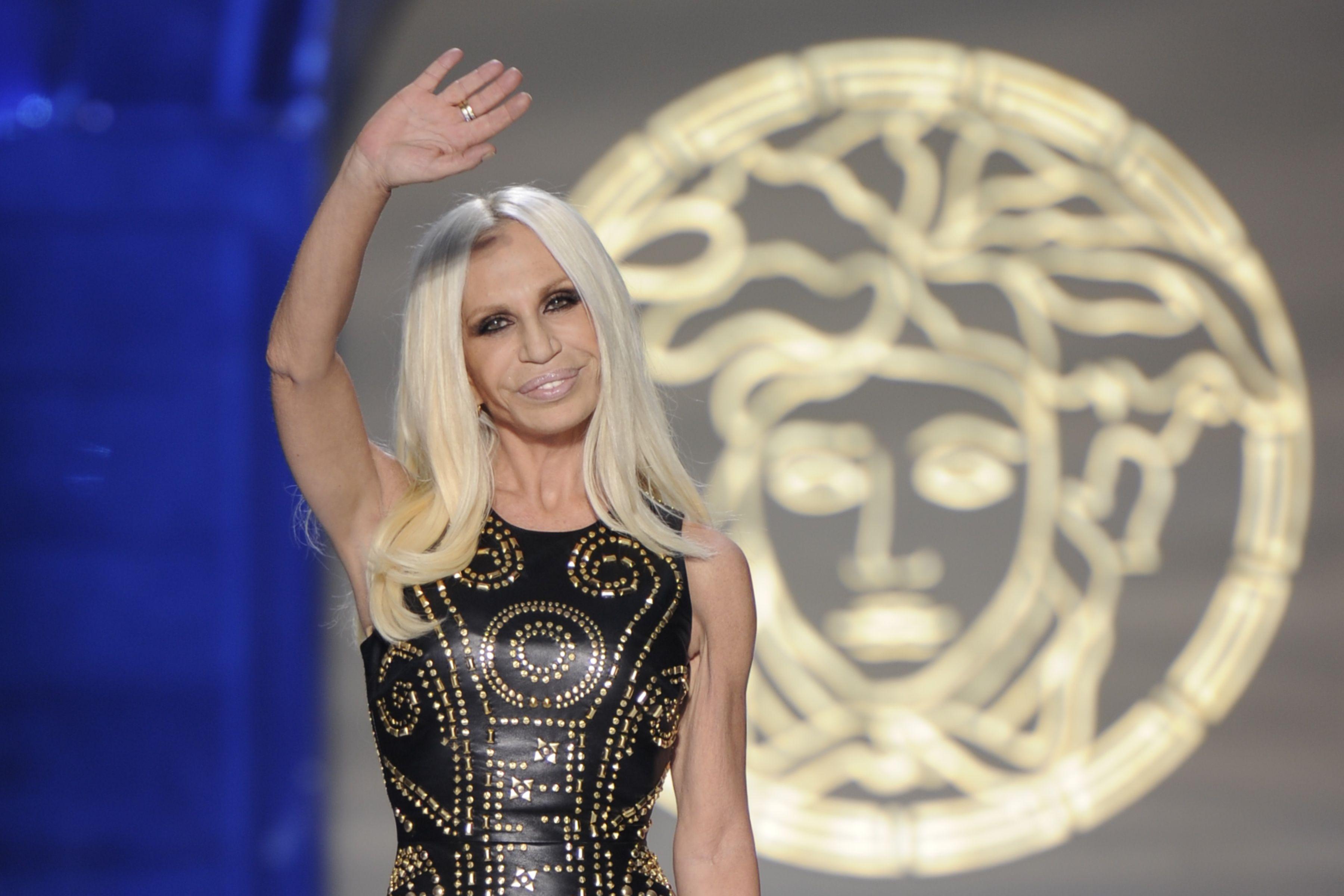 """""""Nữ vương thương hiệu Versace"""" Donatella Versace: """"Búp bê sống"""" của anh trai thời thơ ấu, nghiện ngập rồi tới nhan sắc biến dạng do nghiện thẩm mỹ  - Ảnh 9."""
