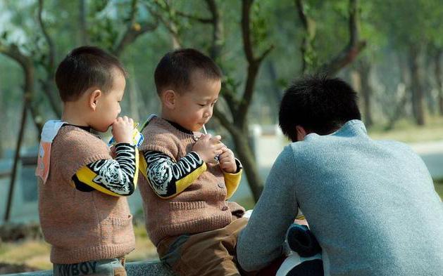 Cặp sinh đôi lớn lên không giống nhau và 1 bé khác hẳn bố, người cha làm xét nghiệm ADN thì nhận được kết quả khiến anh chết lặng