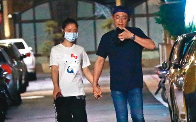 """Vợ chồng Hoắc Kiến Hoa - Lâm Tâm Như """"trốn con"""" hẹn hò trong đêm, tình tứ nắm chặt tay nhau không buông"""