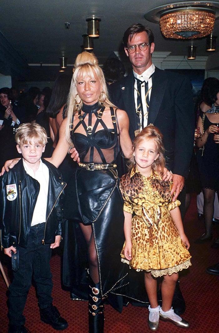 """""""Nữ vương thương hiệu Versace"""" Donatella Versace: """"Búp bê sống"""" của anh trai thời thơ ấu, nghiện ngập rồi tới nhan sắc biến dạng do nghiện thẩm mỹ  - Ảnh 6."""