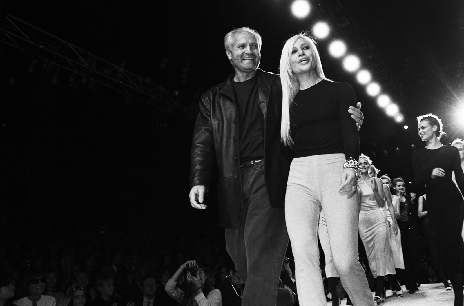 """""""Nữ vương thương hiệu Versace"""" Donatella Versace: """"Búp bê sống"""" của anh trai thời thơ ấu, nghiện ngập rồi tới nhan sắc biến dạng do nghiện thẩm mỹ  - Ảnh 5."""