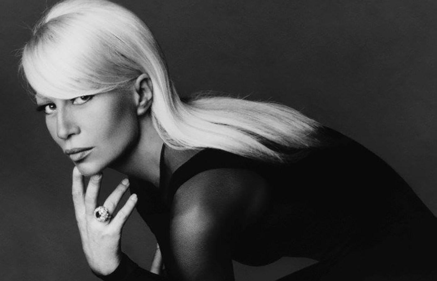 """""""Nữ vương thương hiệu Versace"""" Donatella Versace: """"Búp bê sống"""" của anh trai thời thơ ấu, nghiện ngập rồi tới nhan sắc biến dạng do nghiện thẩm mỹ  - Ảnh 8."""