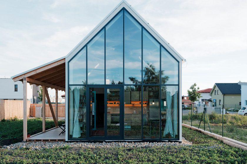 Ngôi nhà cấp 4 với những bức tường kính trong suốt đón trọn ánh sáng và gió trời của đồng quê xung quanh - Ảnh 3.