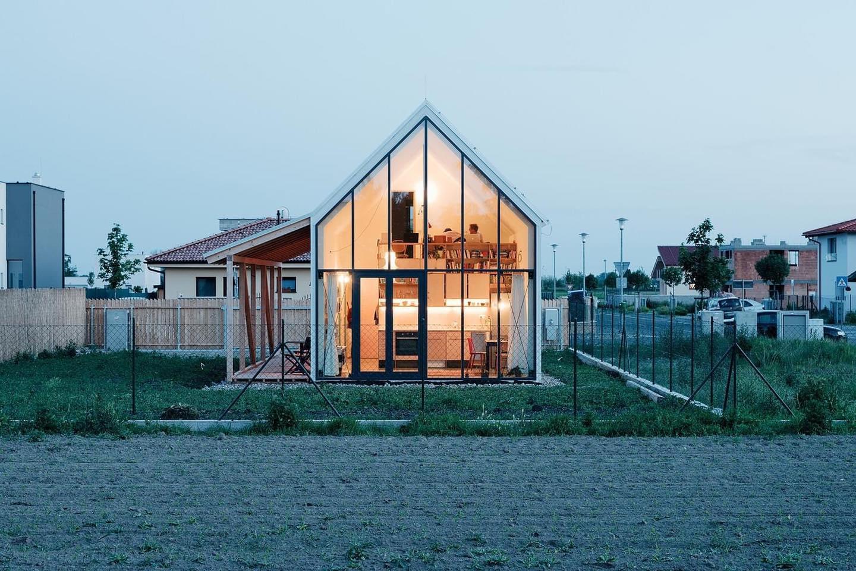 Ngôi nhà cấp 4 với những bức tường kính trong suốt đón trọn ánh sáng và gió trời của đồng quê xung quanh - Ảnh 2.