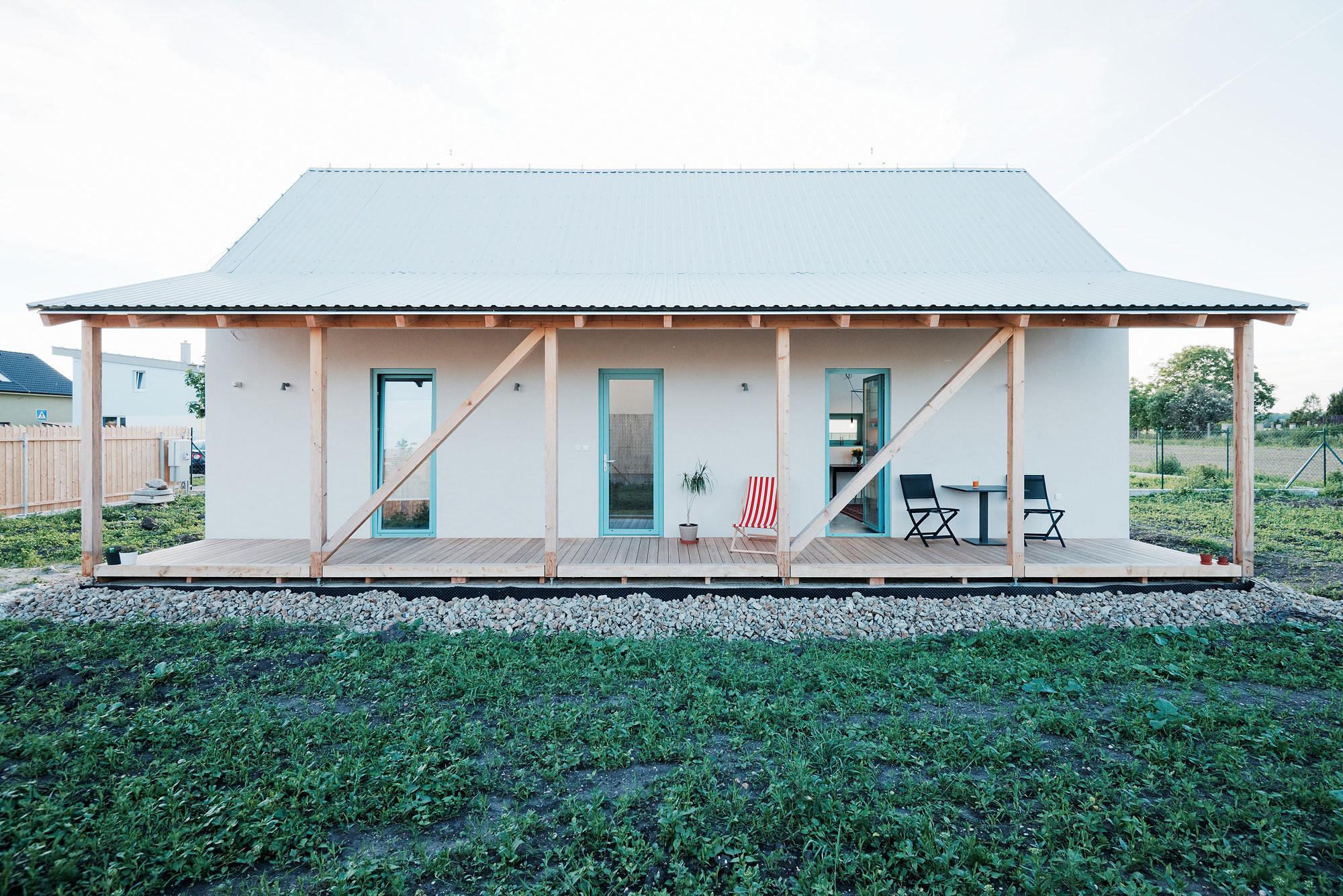 Ngôi nhà cấp 4 với những bức tường kính trong suốt đón trọn ánh sáng và gió trời của đồng quê xung quanh - Ảnh 1.