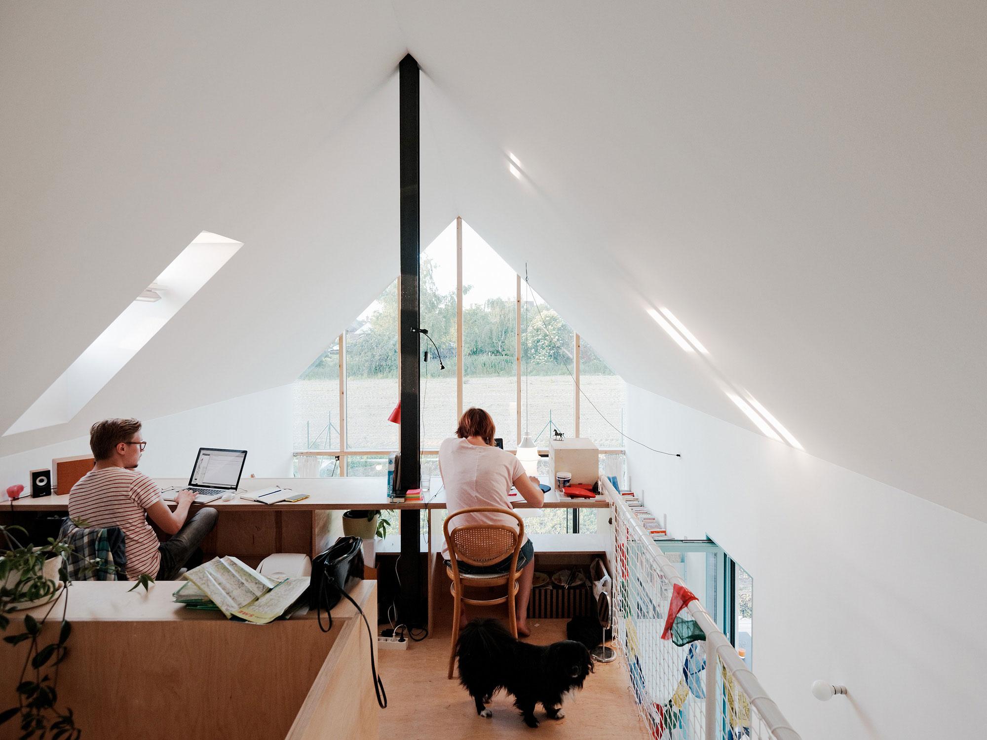 Ngôi nhà cấp 4 với những bức tường kính trong suốt đón trọn ánh sáng và gió trời của đồng quê xung quanh - Ảnh 8.