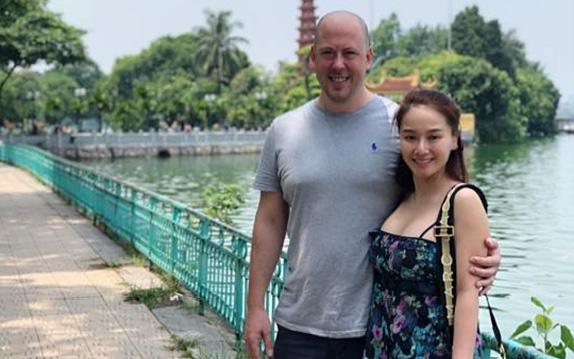 """""""Vợ cũ MC Thành Trung"""" Thu Phượng hạnh phúc bên bạn trai ngoại quốc, yêu thương chiều chuộng con gái như bố đẻ"""