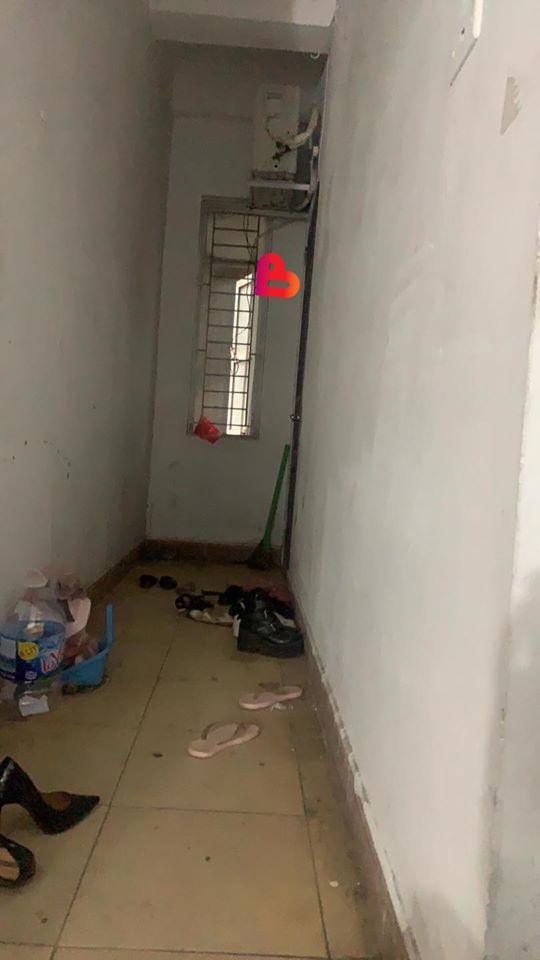 """Bất thình lình đến nhà người yêu là mẹ đơn thân, thanh niên thấy đôi giày khả nghi bên ngoài cửa rồi """"điếng người"""" với hình ảnh nhạy cảm bên trong - Ảnh 3."""
