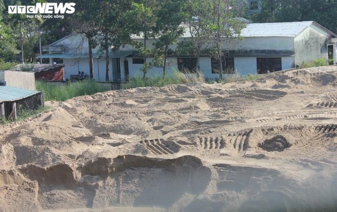 Núi cát khổng lồ tập kết sát vách trường học, bất chấp lệnh di dời - Ảnh 4.