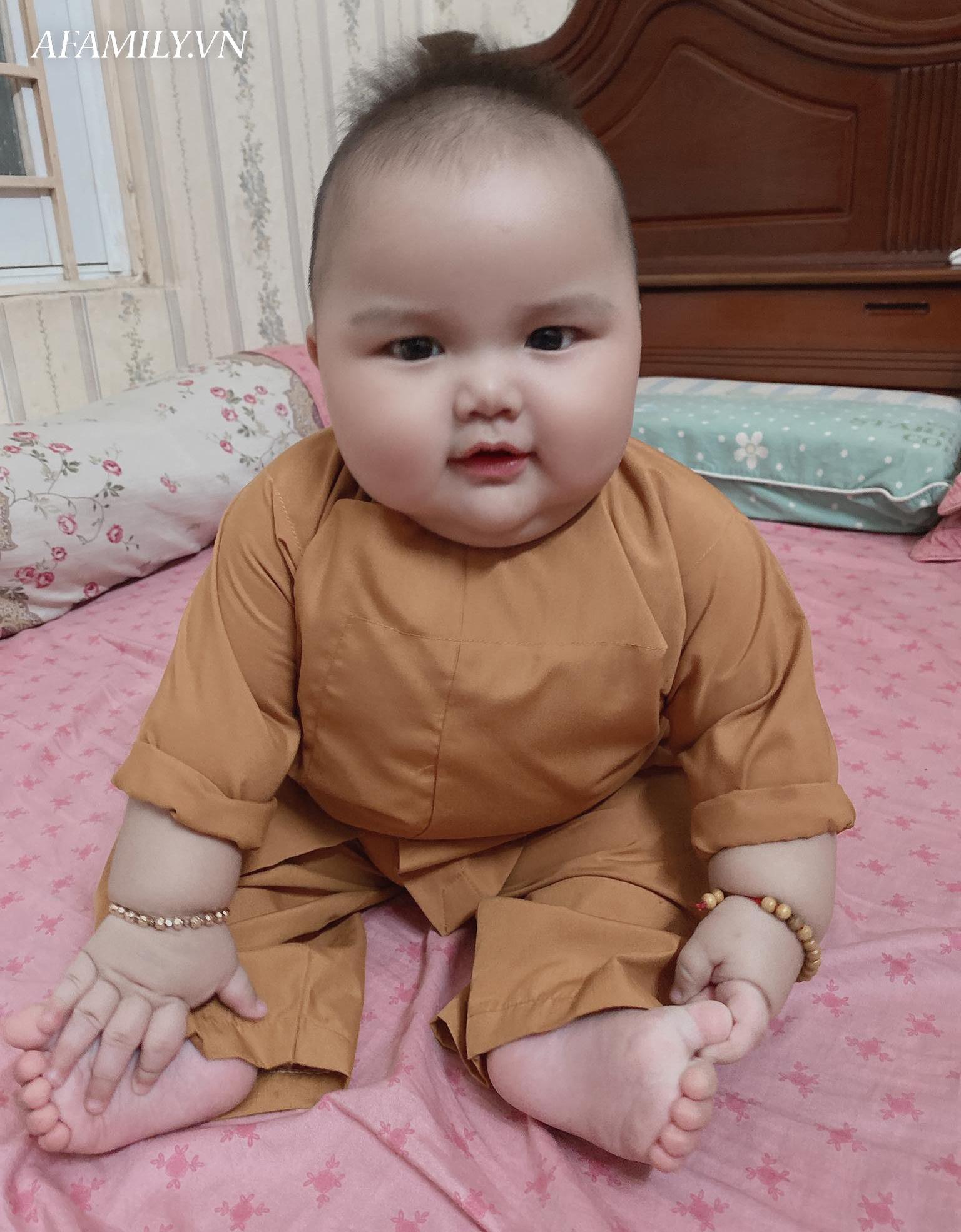Bé trai bụ bẫm hơn 7 tháng nặng 15kg, mẹ nuôi cực nhàn