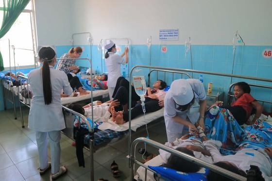 135 học sinh tiểu học nhập viện sau khi ăn bánh mỳ - Ảnh 1.