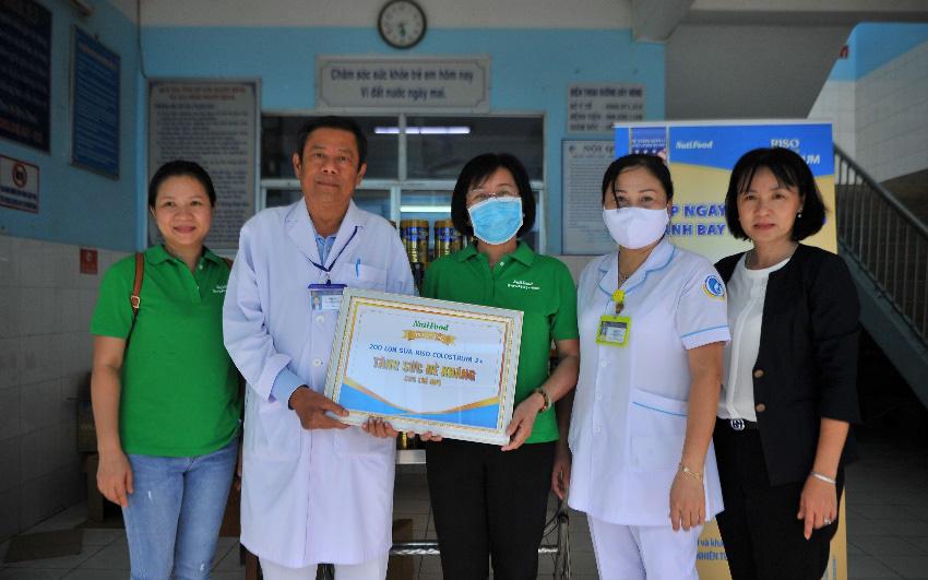 Nhãn sữa Việt mang quà tăng sức đề kháng tiếp sức bệnh nhi miền Tây
