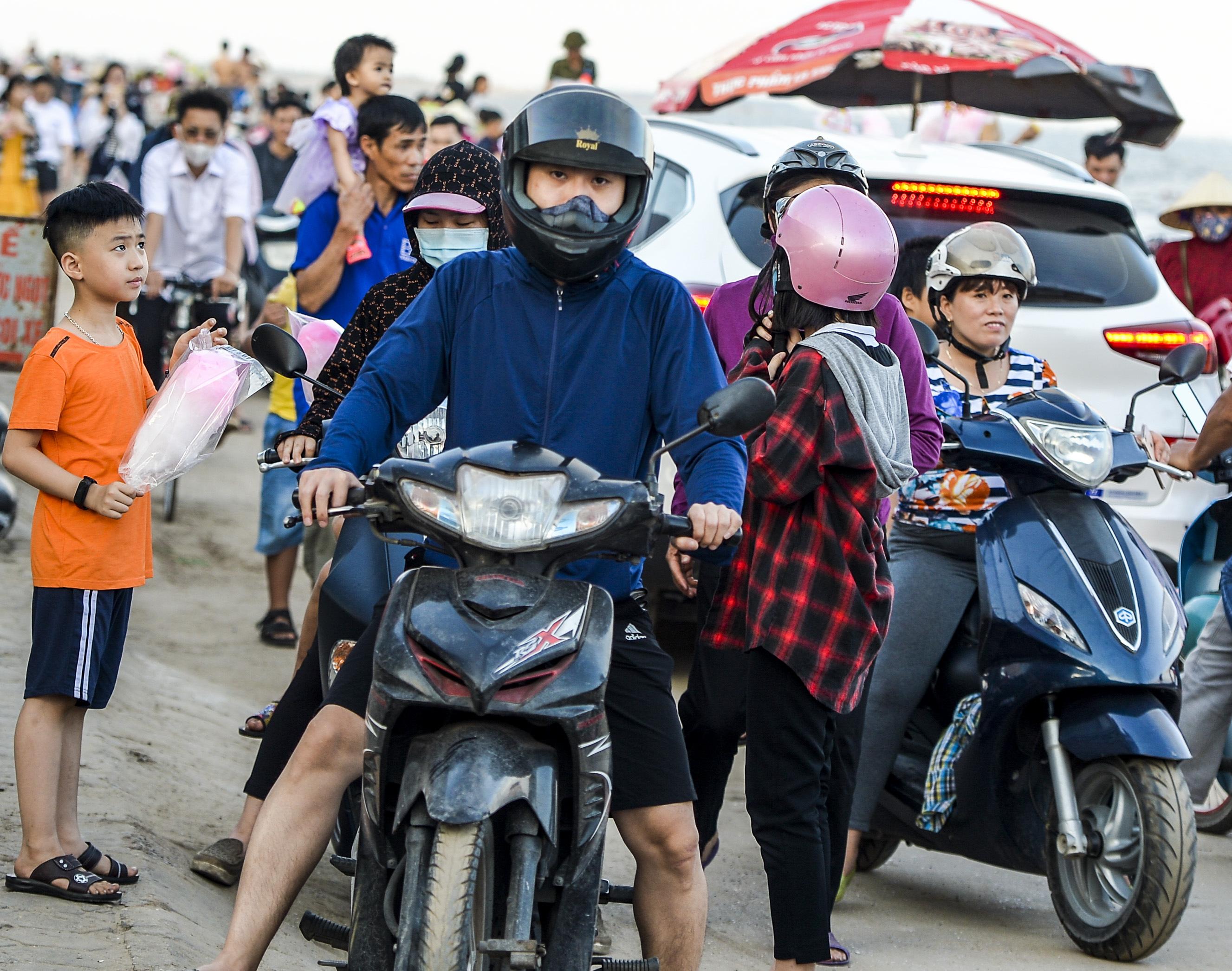 Ngày thứ 3 dịp nghỉ lễ, bãi biển Quất Lâm đông kín người, du khách tắm chung bèo, rác - Ảnh 1.