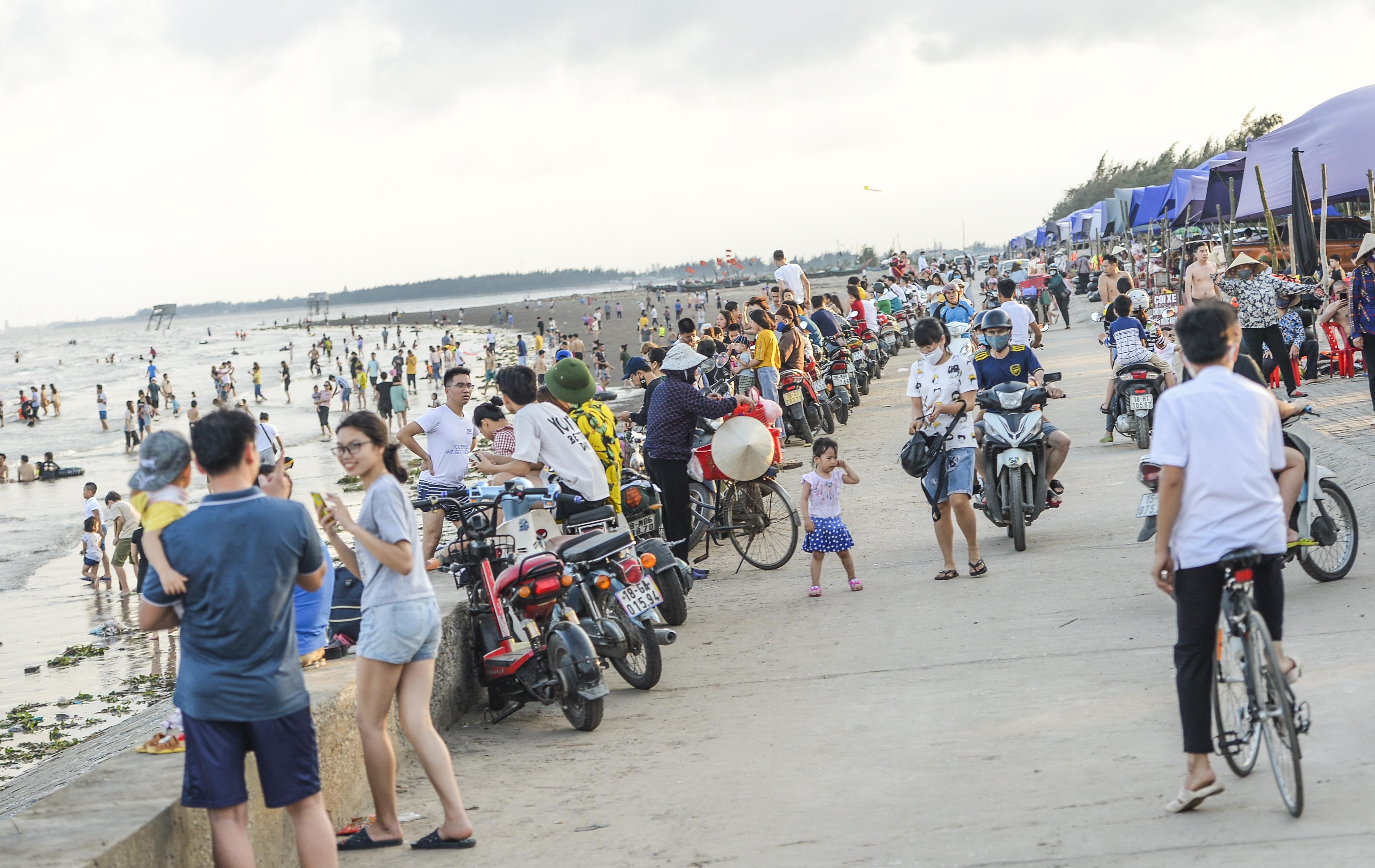 Ngày thứ 3 dịp nghỉ lễ, bãi biển Quất Lâm đông kín người, du khách tắm chung bèo, rác - Ảnh 2.
