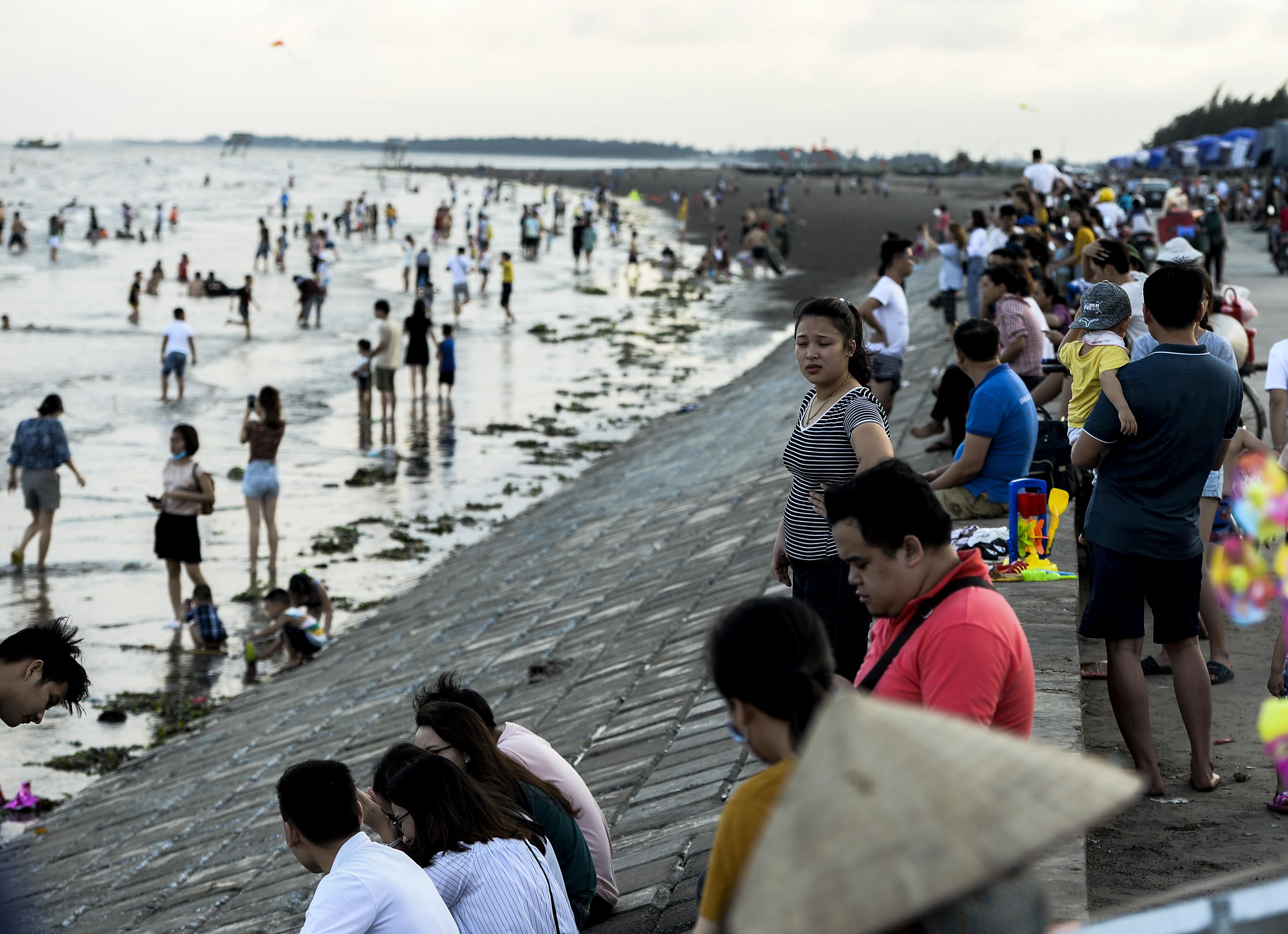 Ngày thứ 3 dịp nghỉ lễ, bãi biển Quất Lâm đông kín người, du khách tắm chung bèo, rác - Ảnh 3.