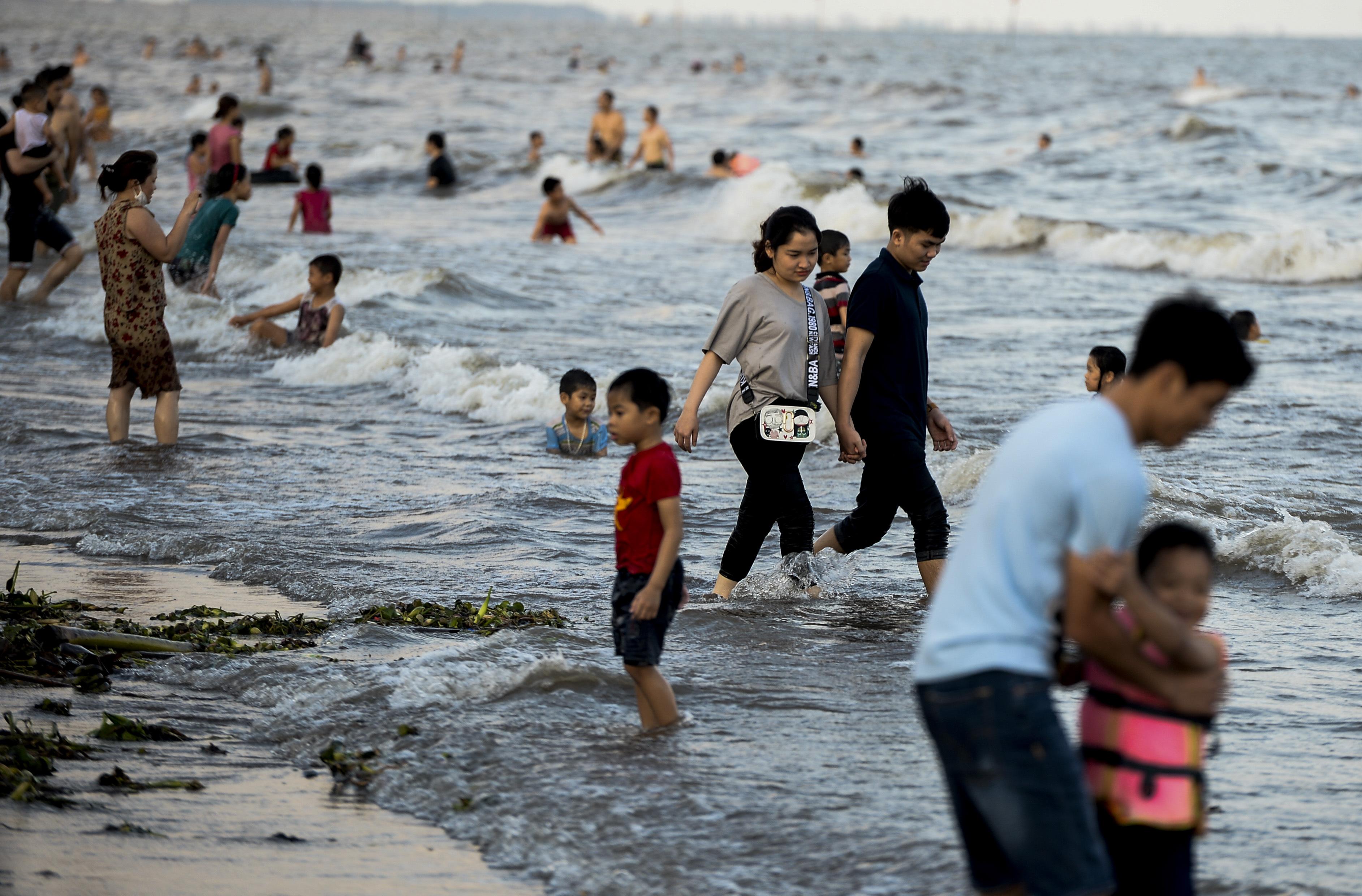 Ngày thứ 3 dịp nghỉ lễ, bãi biển Quất Lâm đông kín người, du khách tắm chung bèo, rác - Ảnh 11.