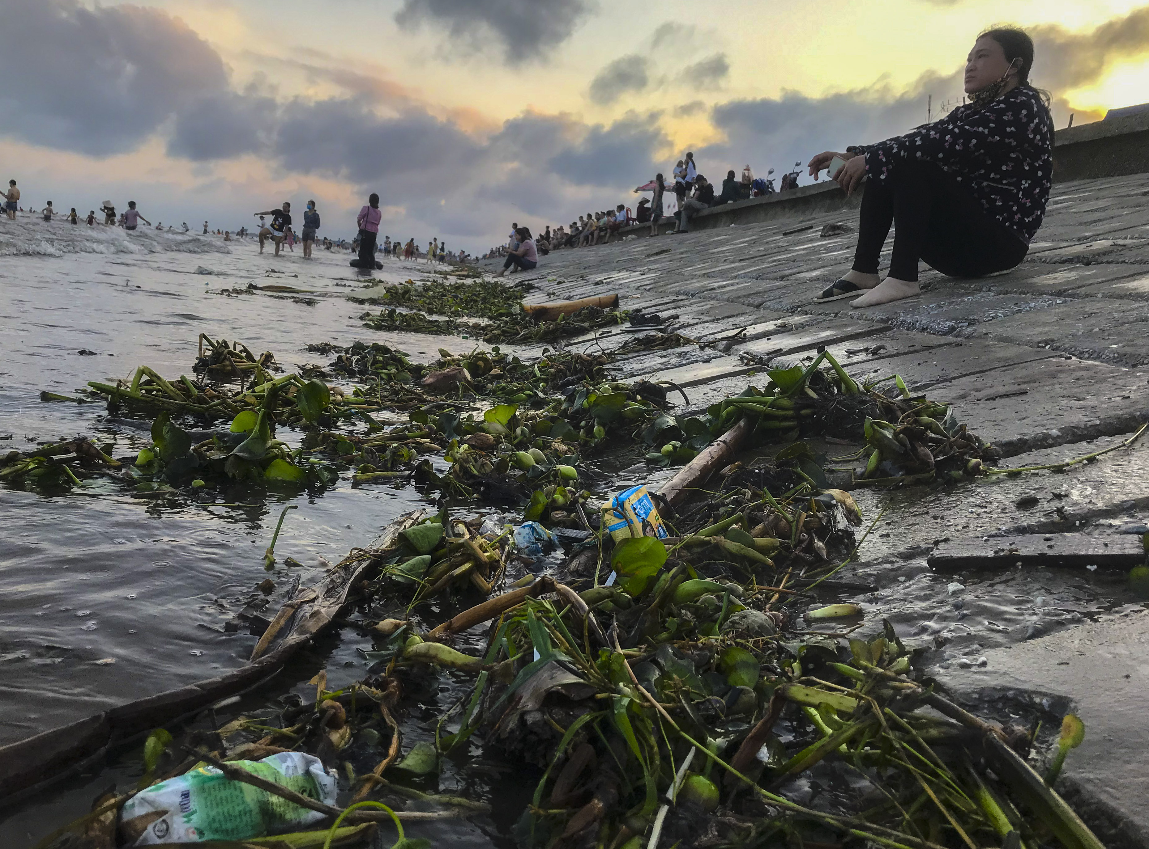 Ngày thứ 3 dịp nghỉ lễ, bãi biển Quất Lâm đông kín người, du khách tắm chung bèo, rác - Ảnh 13.