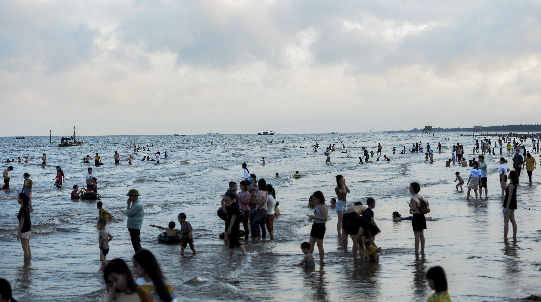Ngày thứ 3 dịp nghỉ lễ, bãi biển Quất Lâm đông kín người, du khách tắm chung bèo, rác - Ảnh 4.