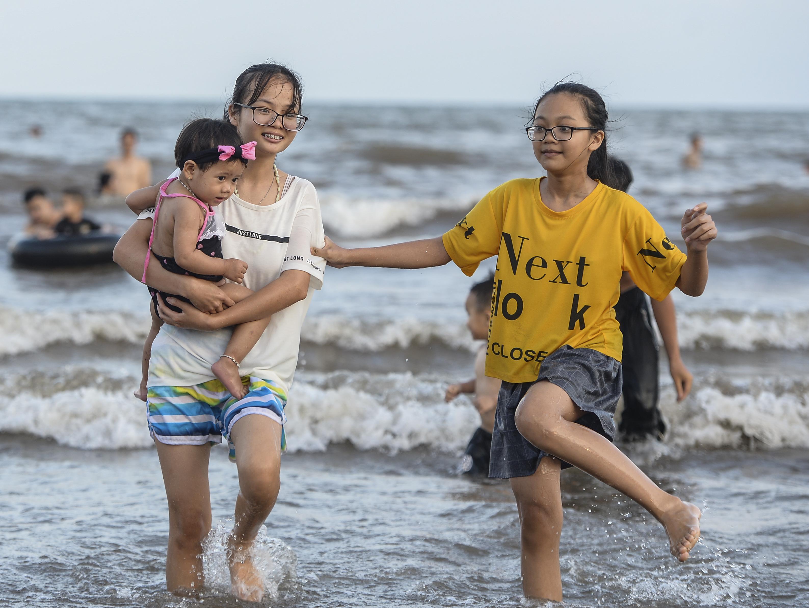 Ngày thứ 3 dịp nghỉ lễ, bãi biển Quất Lâm đông kín người, du khách tắm chung bèo, rác - Ảnh 5.