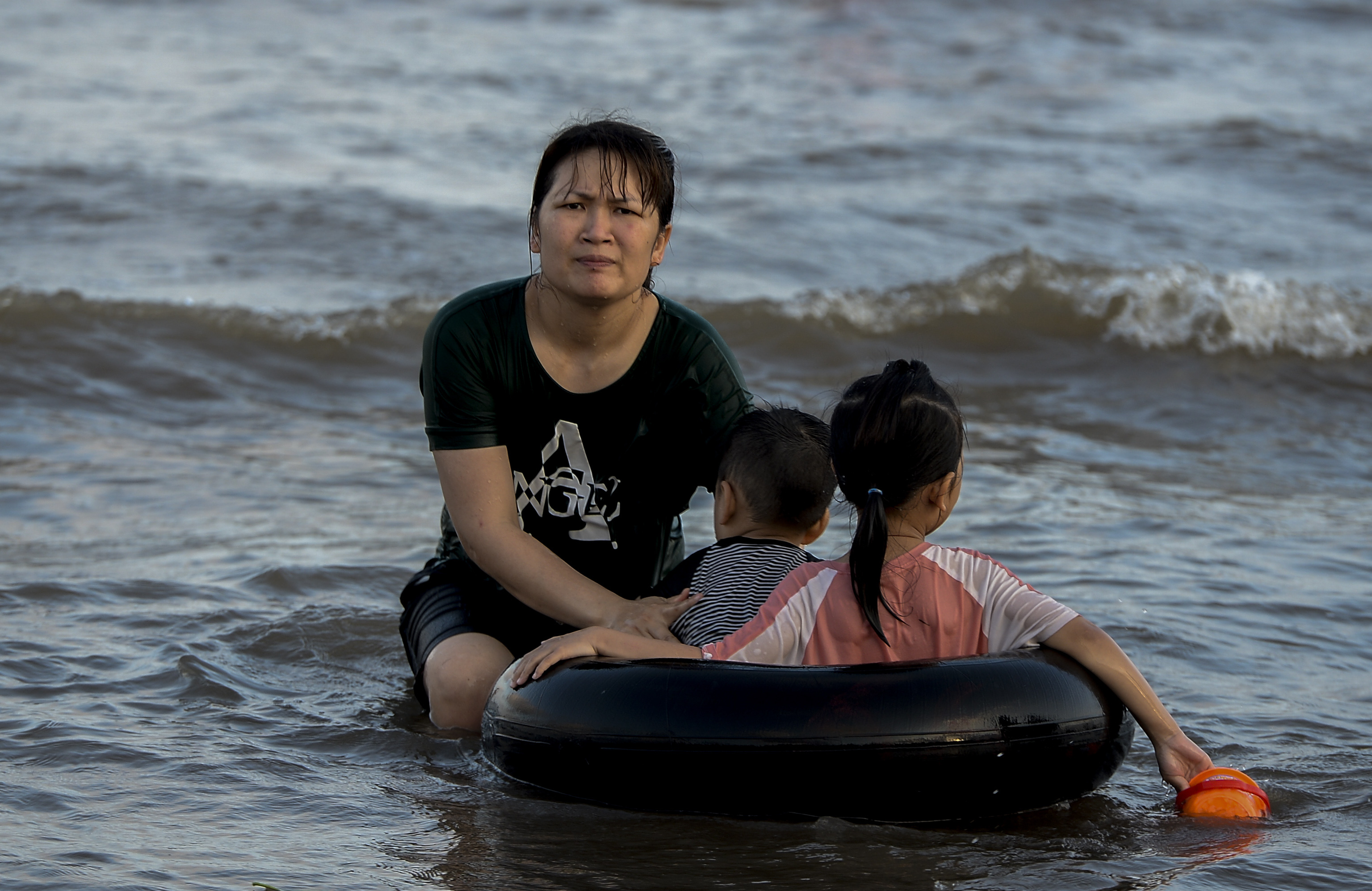 Ngày thứ 3 dịp nghỉ lễ, bãi biển Quất Lâm đông kín người, du khách tắm chung bèo, rác - Ảnh 6.
