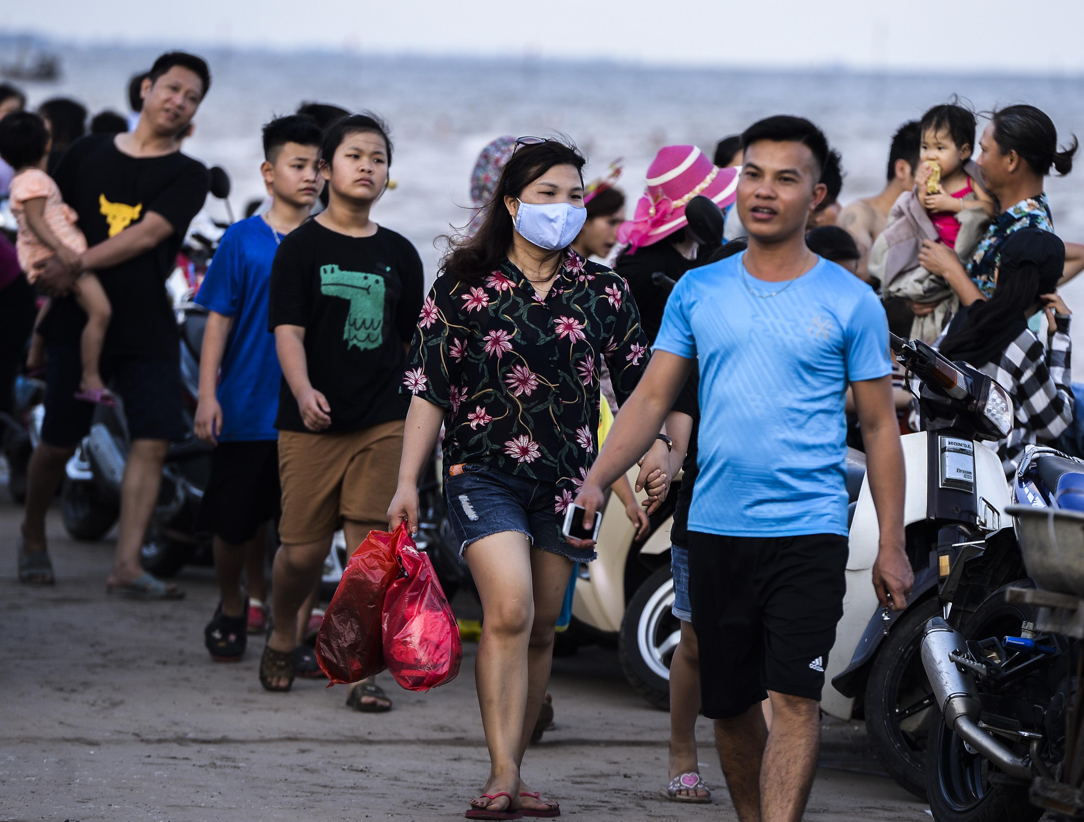 Ngày thứ 3 dịp nghỉ lễ, bãi biển Quất Lâm đông kín người, du khách tắm chung bèo, rác - Ảnh 9.