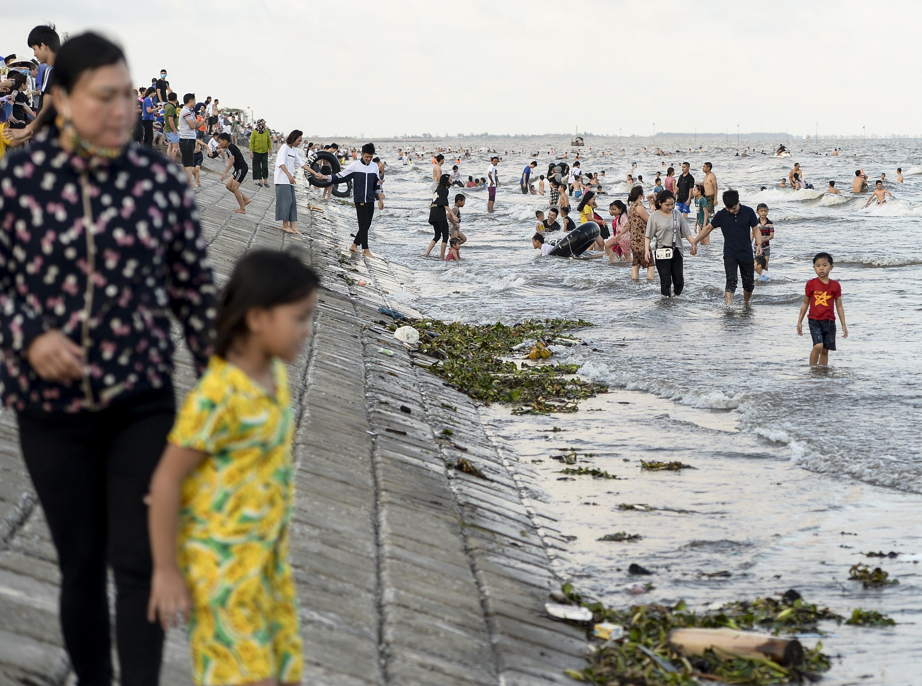 Ngày thứ 3 dịp nghỉ lễ, bãi biển Quất Lâm đông kín người, du khách tắm chung bèo, rác - Ảnh 14.