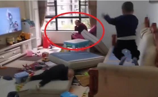 """Mẹ về thấy 2 con trai đang """"phá nát"""" nhà cửa, nhìn sang bắt gặp mẹ chồng đang làm 1 việc khiến cô vô cùng tức giận - Ảnh 2."""