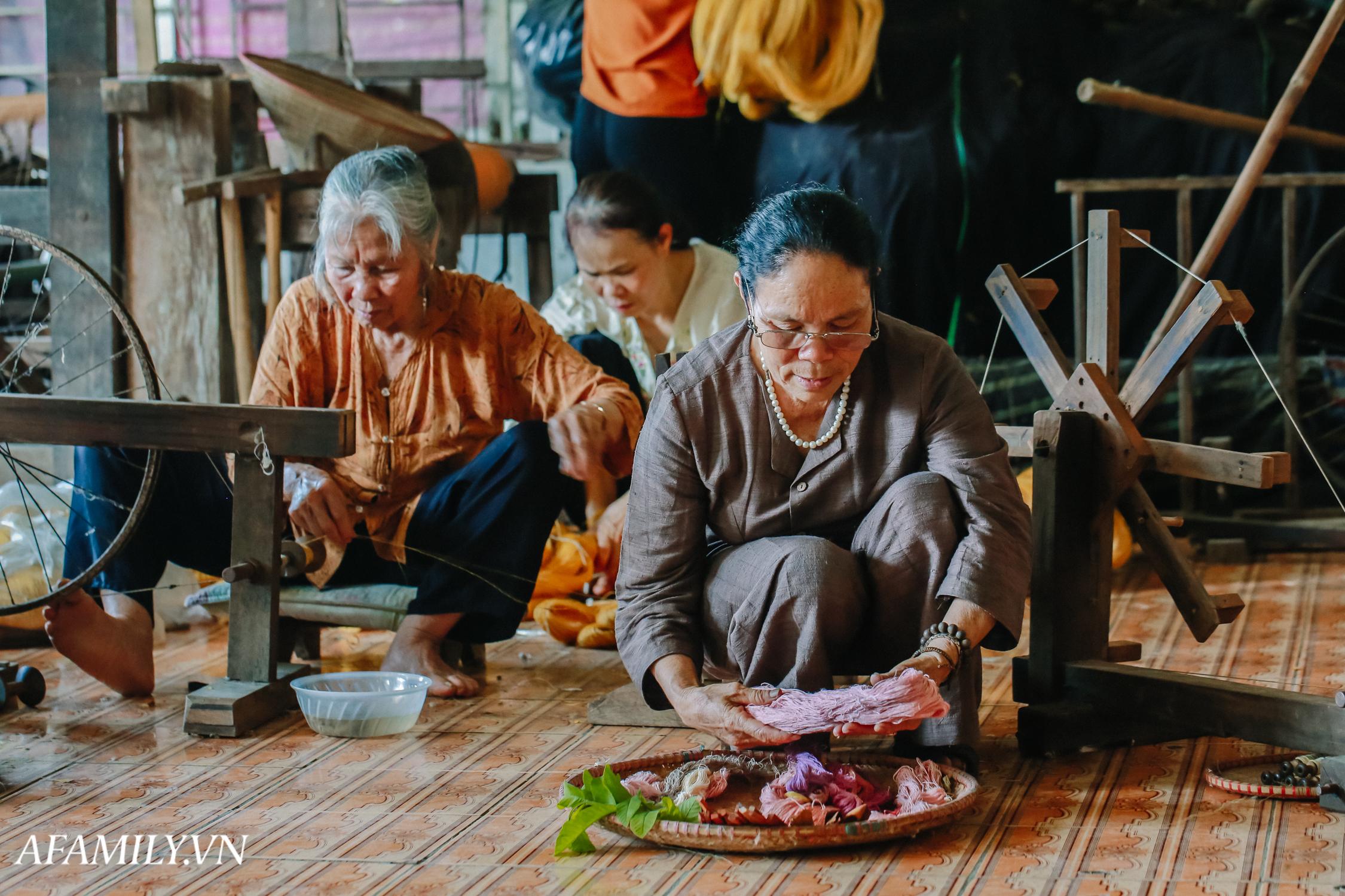 """Người phụ nữ chân quê ngoại thành Hà Nội với biệt tài """"bắt sen nhả tơ"""", làm nên chiếc khăn giá chẳng kém gì hàng hiệu nổi tiếng - Ảnh 10."""