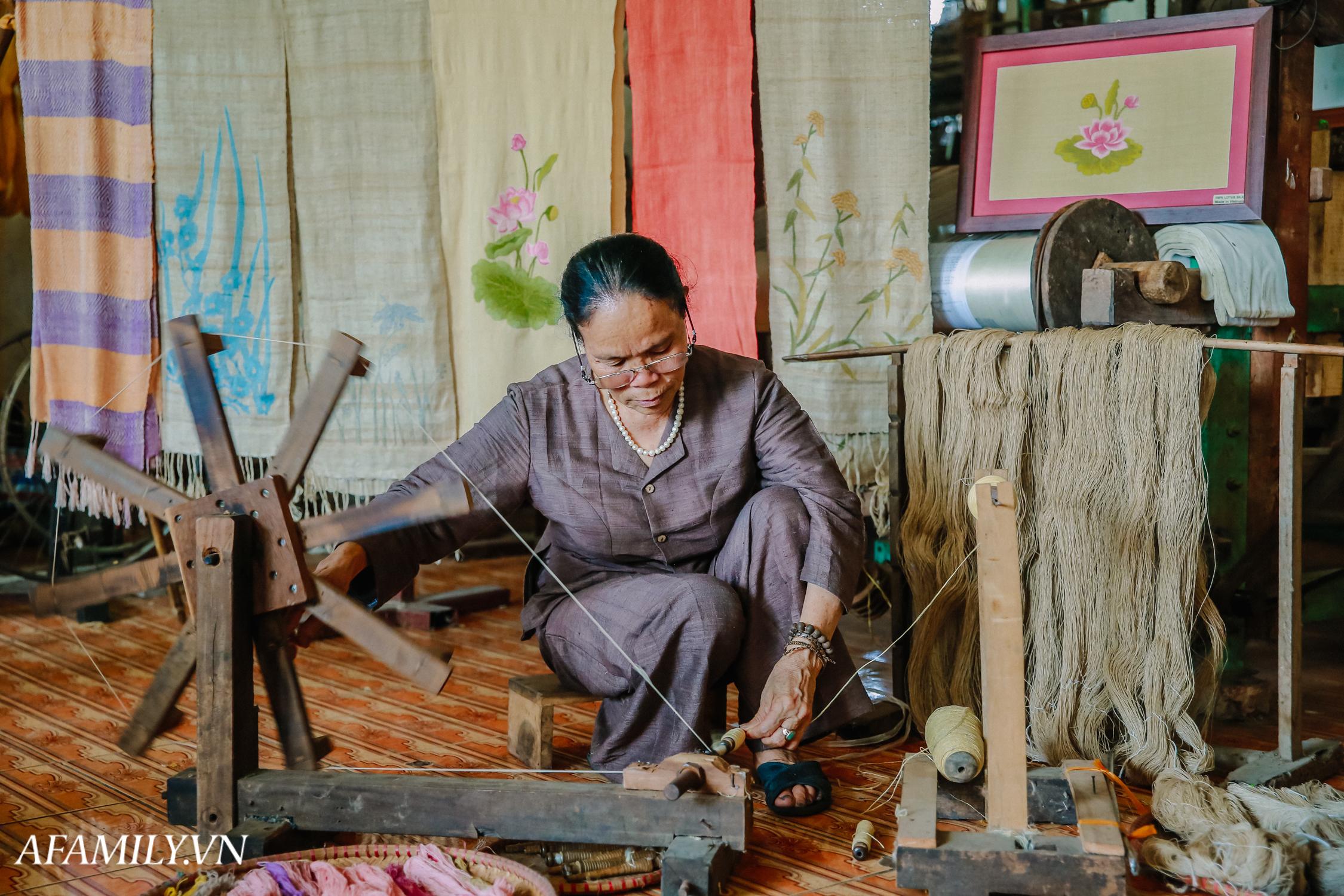 """Người phụ nữ chân quê ngoại thành Hà Nội với biệt tài """"bắt sen nhả tơ"""", làm nên chiếc khăn giá chẳng kém gì hàng hiệu nổi tiếng - Ảnh 8."""
