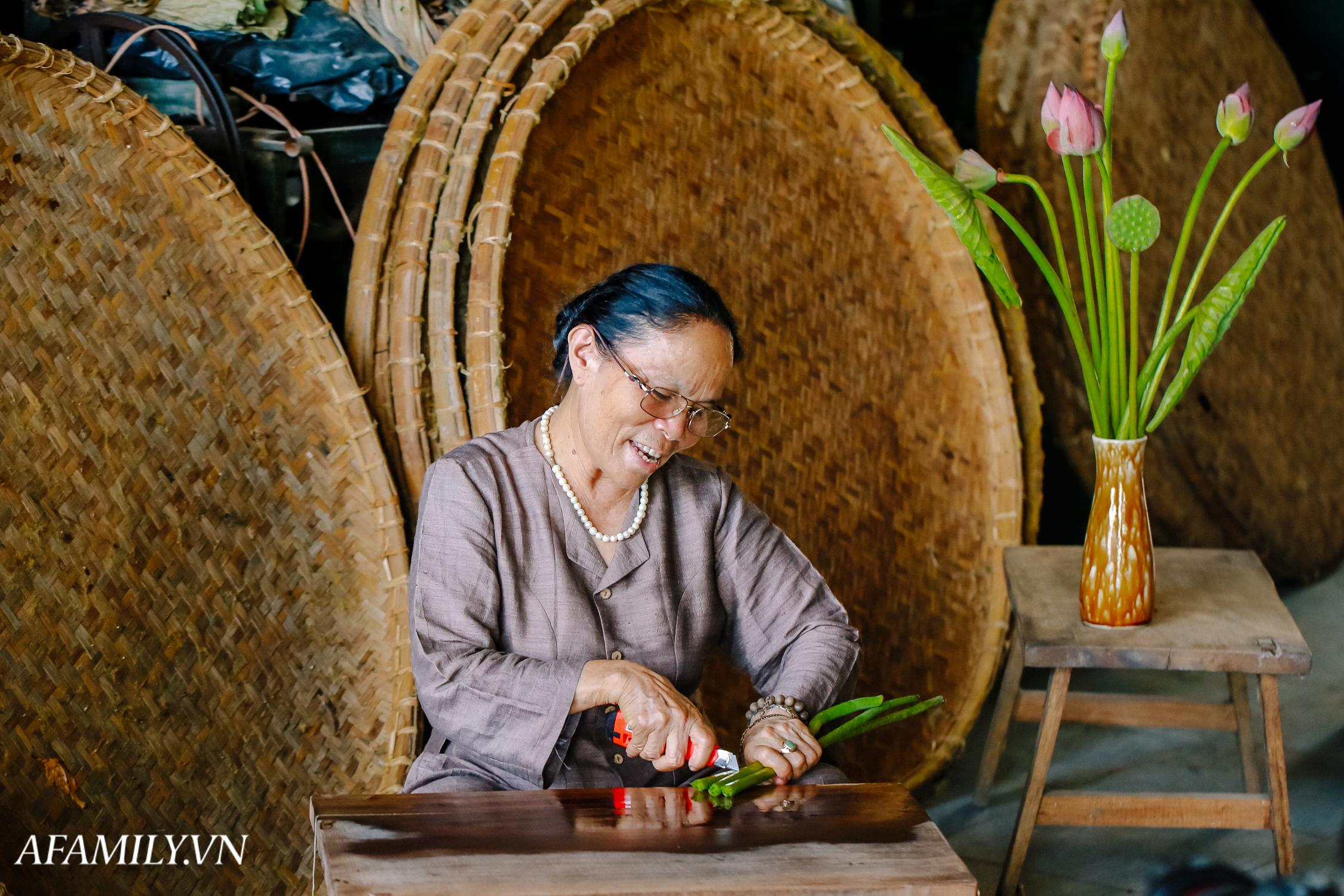 """Người phụ nữ chân quê ngoại thành Hà Nội với biệt tài """"bắt sen nhả tơ"""", làm nên chiếc khăn giá chẳng kém gì hàng hiệu nổi tiếng - Ảnh 4."""