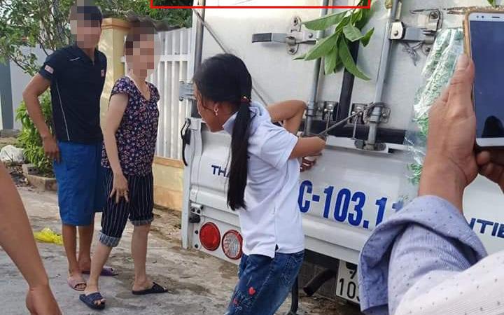 Bé gái ăn trộm tiền, ông bà và bố mẹ liền trói vào thùng xe tải đánh túi bụi, thời đại nào rồi còn dạy trẻ bằng đòn roi?
