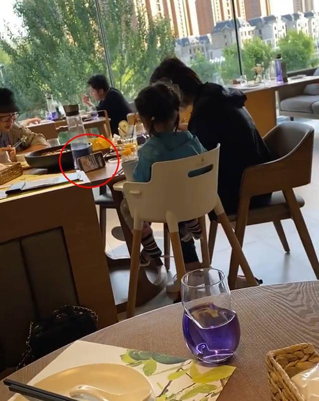 """Thấy 2 con gái cứ nhớn nhác nhìn bàn bên cạnh, mẹ tò mò ngó sang thì """"câm nín"""" khi biết nguyên do - Ảnh 3."""