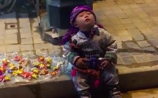 Giấc ngủ chập chờn của em bé bán hàng rong trên chặng đường mưu sinh khiến nhiều người rơi nước mắt