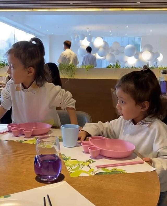 """Thấy 2 con gái cứ nhớn nhác nhìn bàn bên cạnh, mẹ tò mò ngó sang thì """"câm nín"""" khi biết nguyên do - Ảnh 1."""