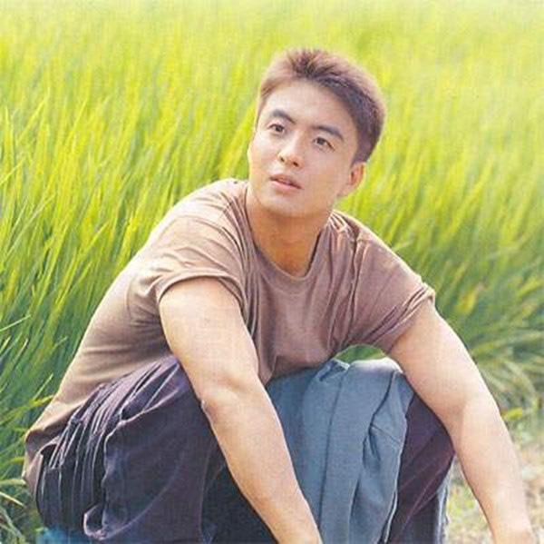 Bae Yong Joon: Quá khứ nghèo khổ, bị giới hào môn chối bỏ rồi thành ông hoàng Kbiz hô biến mỹ nhân Vườn sao băng thành bà hoàng - Ảnh 3.