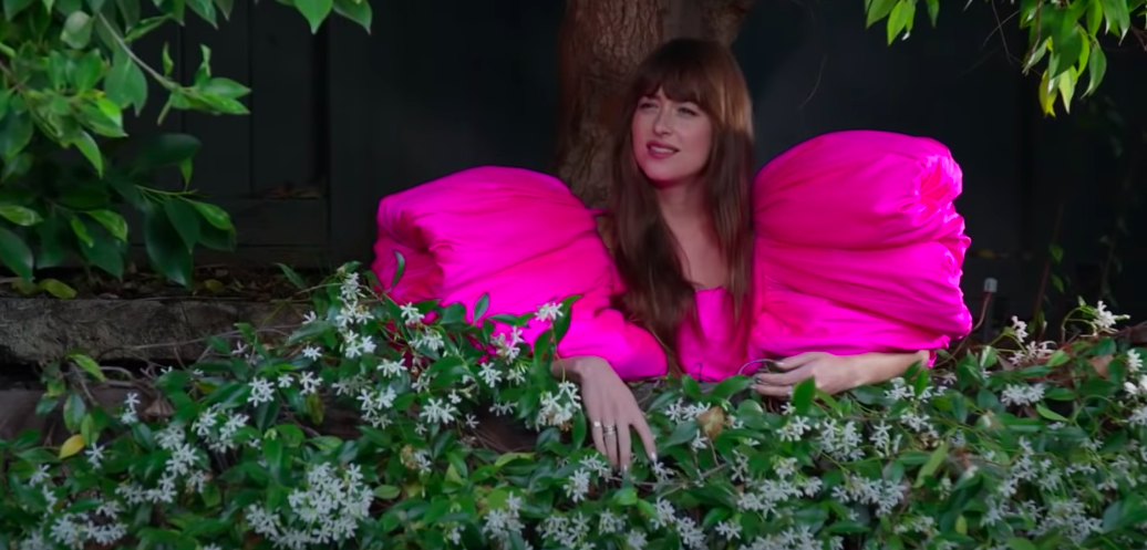 """Không thả dáng trên thảm đỏ cũng chẳng chụp photoshoot, mỹ nhân """"50 sắc thái"""" diện siêu phẩm đầm hồng của NTK Công Trí để... tưới cây - Ảnh 5."""