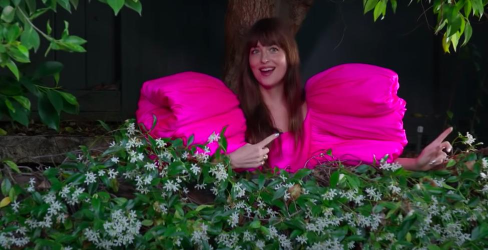 """Không thả dáng trên thảm đỏ cũng chẳng chụp photoshoot, mỹ nhân """"50 sắc thái"""" diện siêu phẩm đầm hồng của NTK Công Trí để... tưới cây - Ảnh 4."""