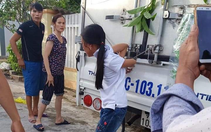 Người mẹ trói buộc chân tay con gái vào xe tải vì trộm tiền: Chỉ là răn đe, dạy dỗ con gái thôi