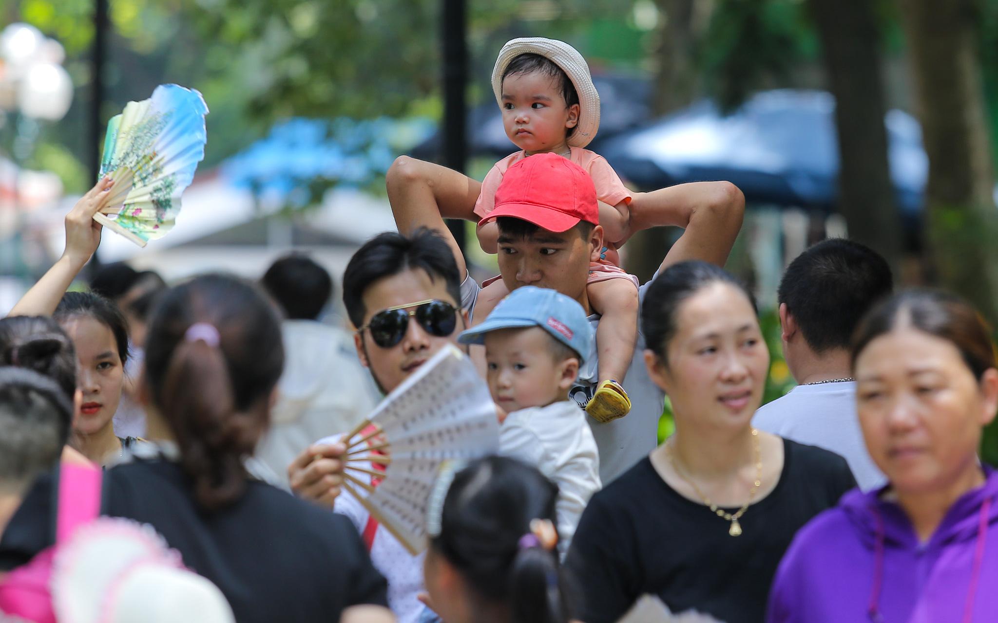 Mặc nắng nóng, hàng nghìn người dân Thủ đô ùn ùn đổ tới công viên cho con em vui chơi Quốc tế Thiếu nhi