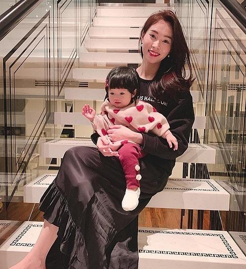 Vừa hạ sinh con thứ hai được ít ngày, vợ chồng Đặng Thu Thảo đã làm điều này cho Sophie nhân dịp 1/6 - Ảnh 2.