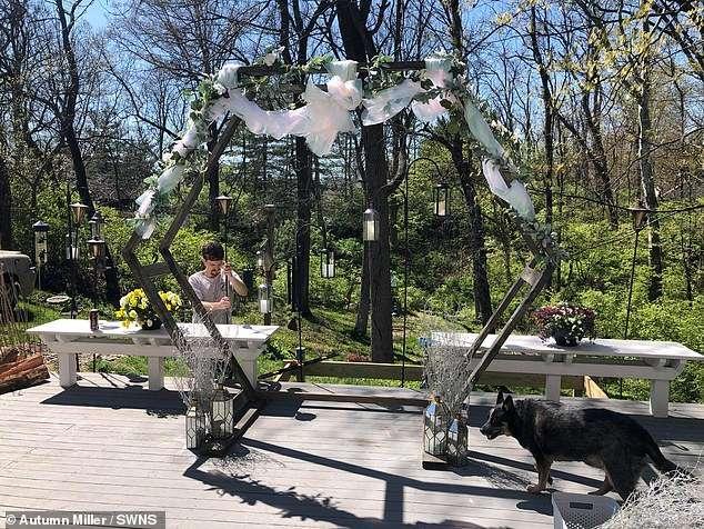 Cặp đôi tự làm đám cưới ngay tại vườn nhà chỉ với một phù dâu đặc biệt