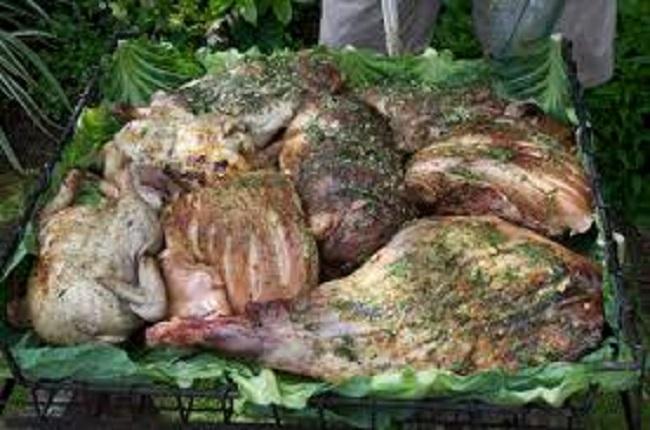 Thấy người dân đổ đầy thịt cùng các loại rau củ xuống hố, du khách ghê bẩn nhưng rồi phát cuồng vì món ăn kỳ lạ tưởng không ngon mà ngon không tưởng - Ảnh 1.