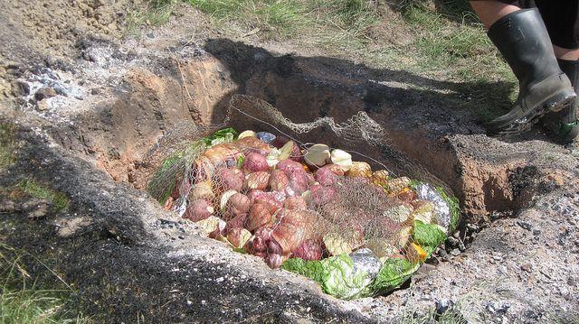 Thấy người dân đổ đầy thịt cùng các loại rau củ xuống hố, du khách ghê bẩn nhưng rồi phát cuồng vì món ăn kỳ lạ tưởng không ngon mà ngon không tưởng - Ảnh 3.