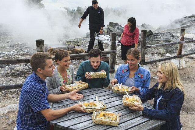 Thấy người dân đổ đầy thịt cùng các loại rau củ xuống hố, du khách ghê bẩn nhưng rồi phát cuồng vì món ăn kỳ lạ tưởng không ngon mà ngon không tưởng - Ảnh 7.