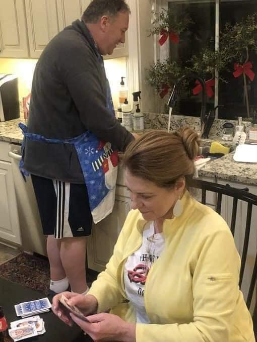 Sự thật ít ai biết đằng sau bức ảnh ngoại trưởng Mỹ đeo tạp dề, đứng rửa bát cho vợ gây sốt cộng đồng mạng - Ảnh 2.