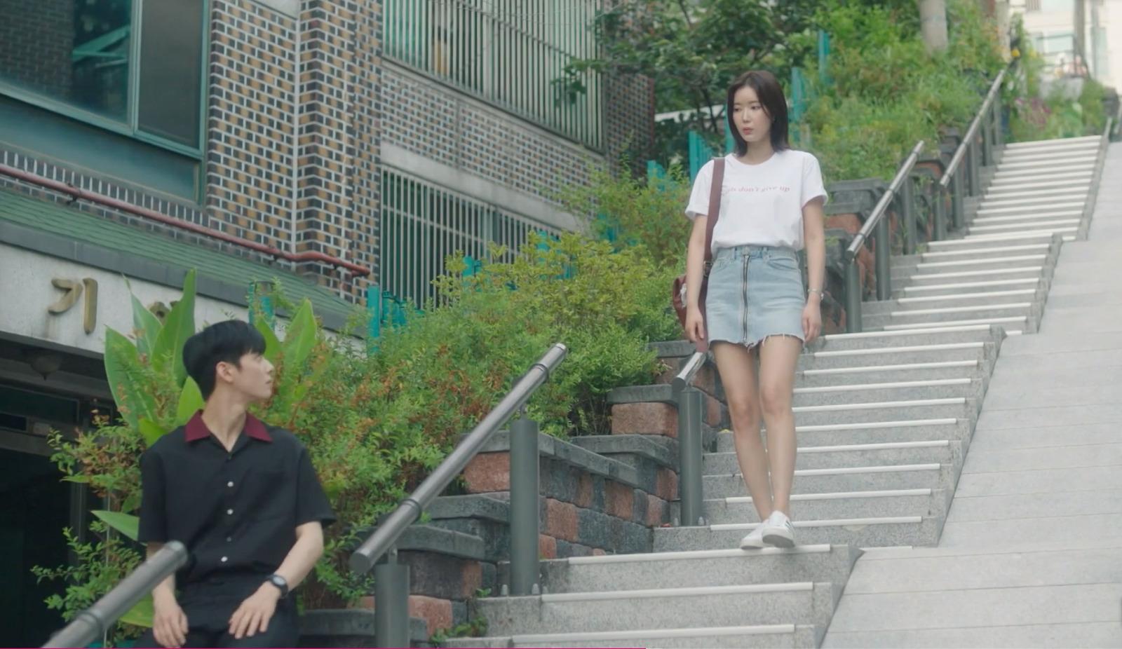 Nhìn dàn sao trong phim Hàn mà học được bao cách lên đồ với áo thun trắng, diện lên mắt mẻ lại vừa sang - Ảnh 4.