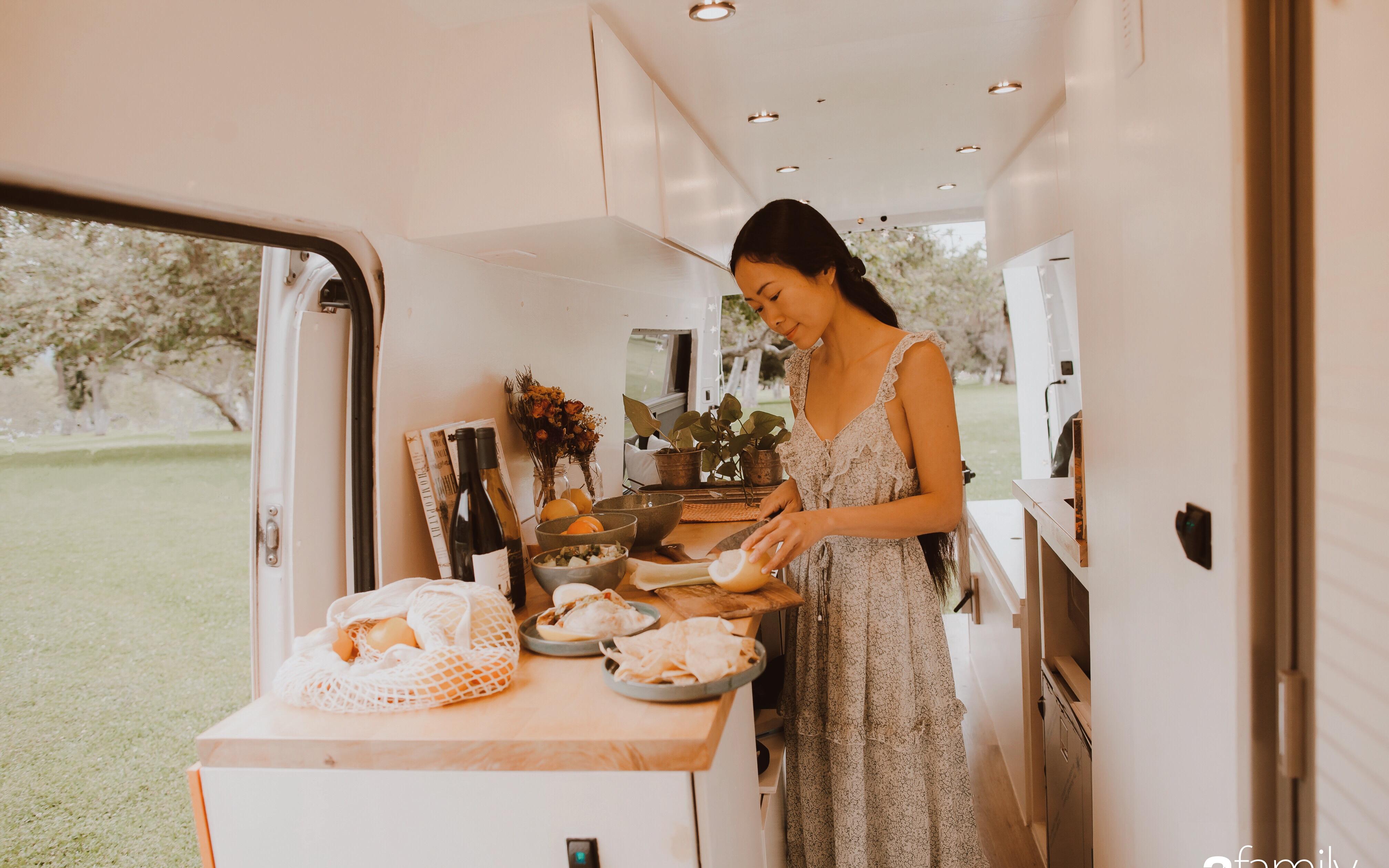 """Ấp ủ ước mơ """"du mục"""", cô gái Việt cùng chồng cải tạo xe vận chuyển cũ thành ngôi nhà di động đẹp đến khó tin"""