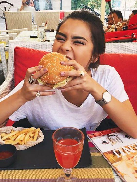 """7 việc biết là xấu nhưng rất """"khó bỏ"""" của phụ nữ khi đi ăn nhà hàng gây tăng cân không phanh, tăng nguy cơ bệnh tật  - Ảnh 7."""