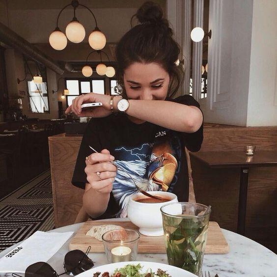 """7 việc biết là xấu nhưng rất """"khó bỏ"""" của phụ nữ khi đi ăn nhà hàng gây tăng cân không phanh, tăng nguy cơ bệnh tật  - Ảnh 1."""