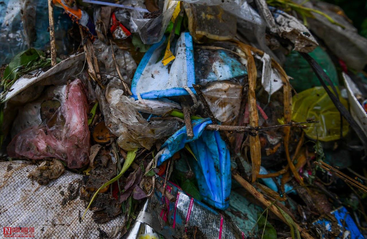 Ngổn ngang rác thải y tế nguy hại đổ bừa bãi tại Hạ Lôi - Ảnh 9.